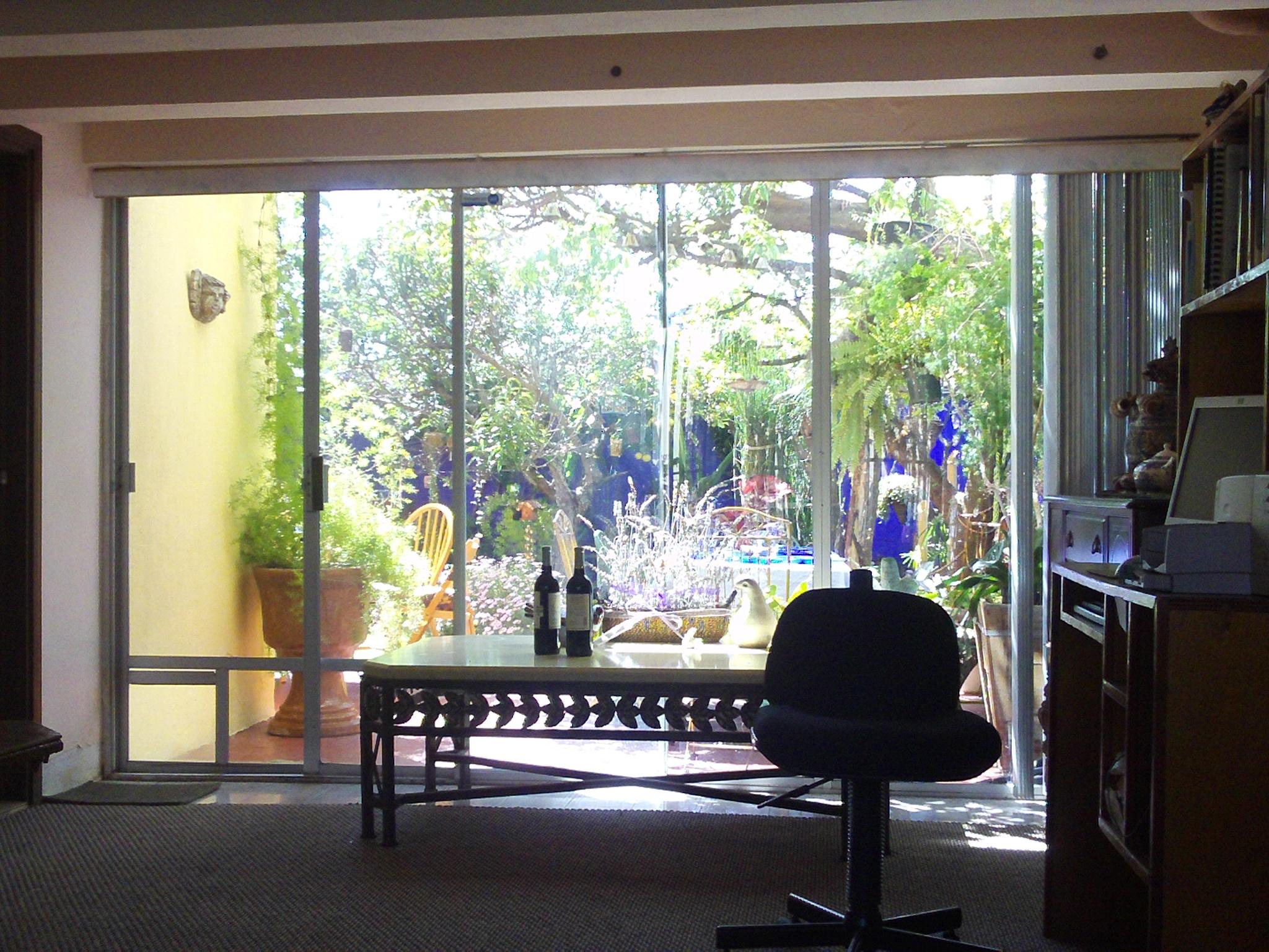 El jardin visto desde el interior de la casa bparramosqueda - Jardin en casa ...